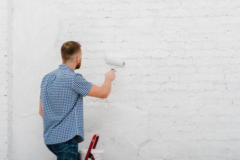 Een schilder aan het werk